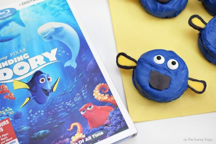 Enjoy a family movie night with these super cute (and delicious!) Finding Dory cookies!