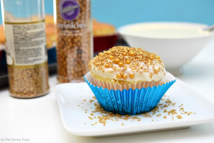 Make your movie night sparkle with Moana-inspired Tamatoa Shiny Cupcakes!