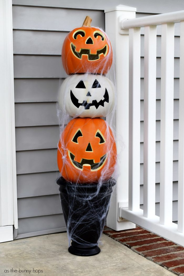 This DIY Jack-O-Lantern topiary is ready to great your Halloween Trick-Or-Treaters. Plug it in and watch it glow!