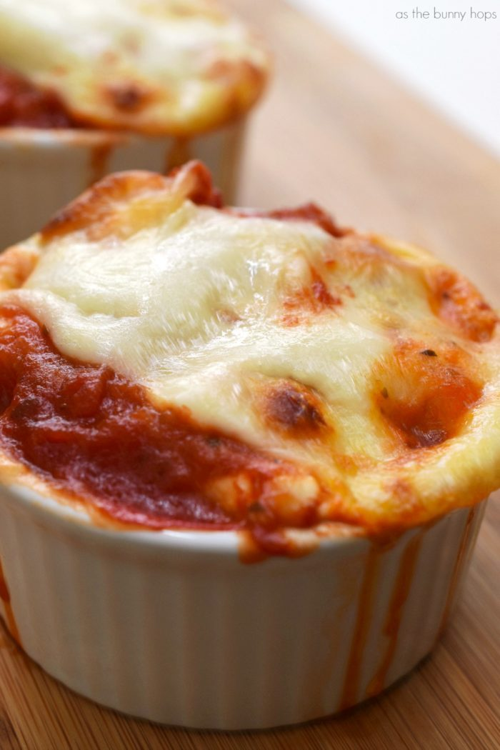 Running short on time to make dinner? Make delicious no-stuff manicotti cups in minutes with this easy recipe!