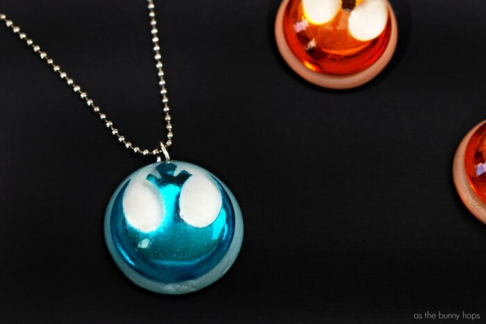 Every Disney event means a Disney gift! Find out how you can make your own DIY Star Wars: The Last Jedi-inspired Resistance Charms with resin!